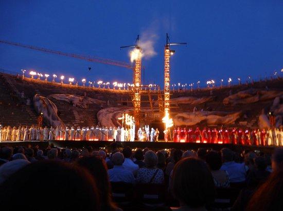 Arena di Verona: Башенные краны.. именно они через стену амфитеатра и доставляют декорации