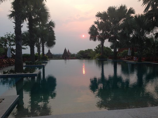 Aureum Palace Hotel & Resort Bagan : sunset at the pool