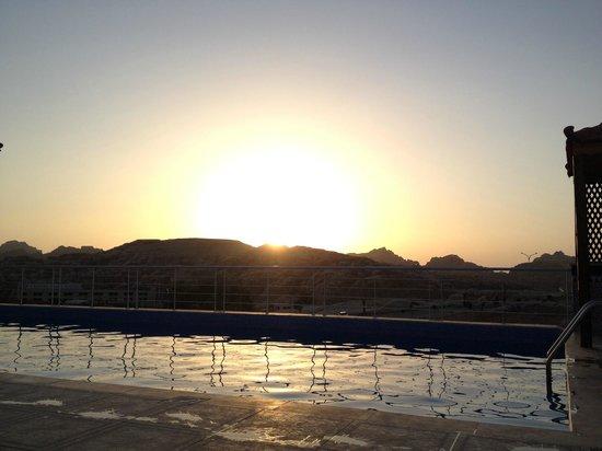 Petra Moon Hotel: Vu depuis la piscine sur le toit