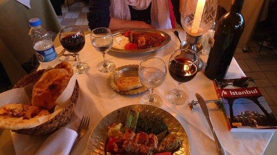 """Rami Restaurant: Essen mit Rotwein """"Karma"""""""