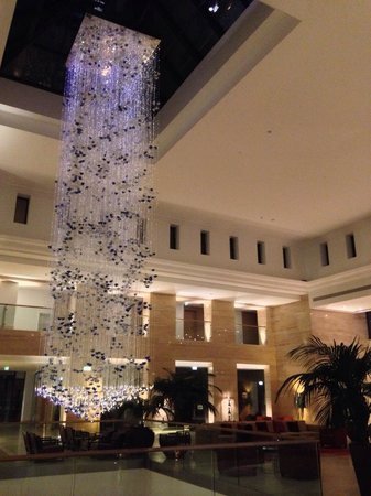 Hilton Vilamoura As Cascatas Golf Resort & Spa: Stunning lobby chandelier