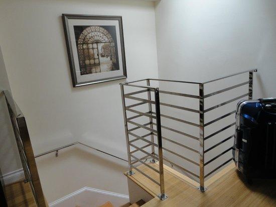 Bricco Suites: 4階のドアから階段を上がり5階の部屋へ