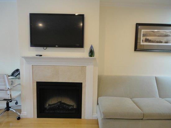 Bricco Suites: TVとフェイク暖炉