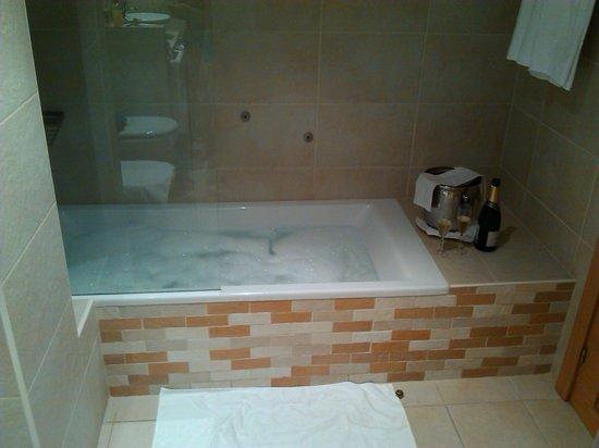 Hotel Plazaola: Baño con champagne