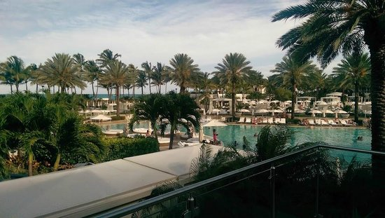 Fontainebleau Miami Beach : Appraoching the main pool from the Chateau