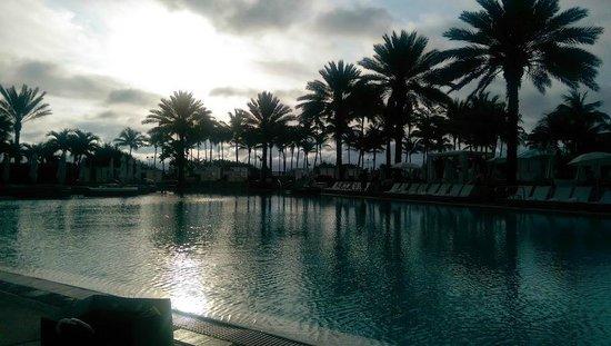 Fontainebleau Miami Beach : Dawn at poolside