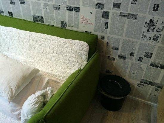 OK Hotel : Место для сна на диване рядом с кухонным помойным ведром