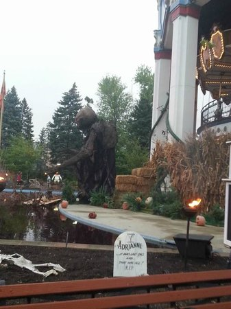 Six Flags Great America : Near the front entrance, spooky displays of fun!