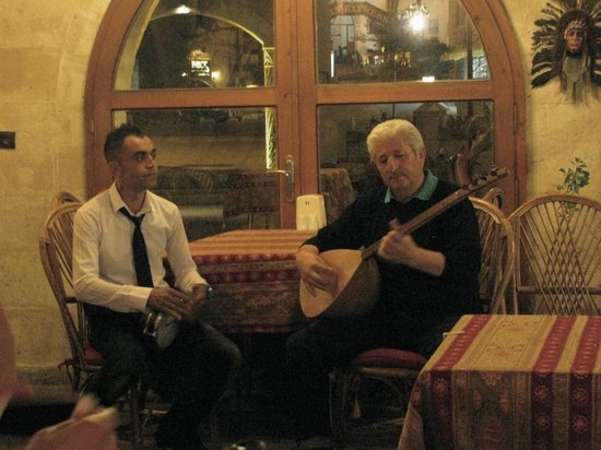 Kale Terrasse Restaurant: beautiful turkish music by the owner, Çavuş