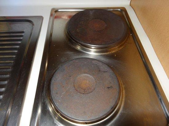 Club Delcloy : coin cuisine vétuste et plaques rouillées