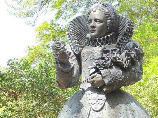 Elizabethan Gardens: statue of queen elizabeth