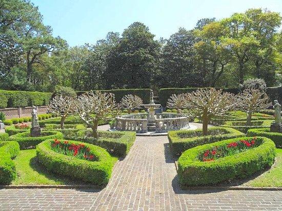 Elizabethan Gardens: gardens