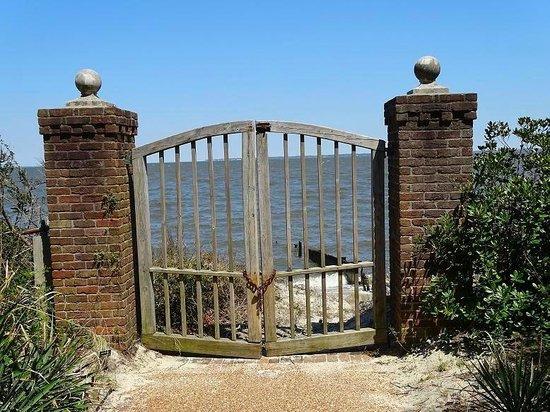 Elizabethan Gardens: colony walk & water gate
