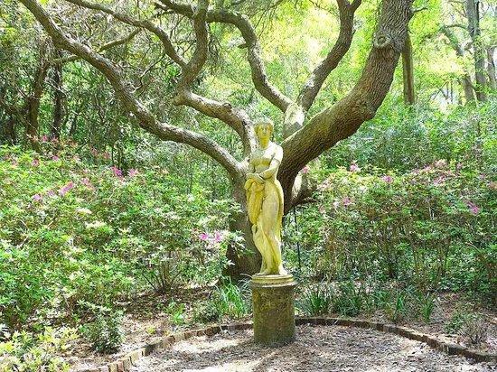 Elizabethan Gardens: statue