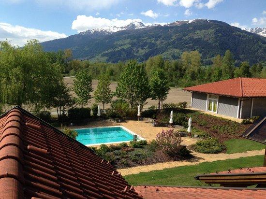 Dolomitengolf Hotel & Spa : Blick nach Westen zum Außenpool und Speisesaal