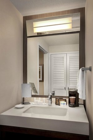 Courtyard Parsippany: Guest Bathroom
