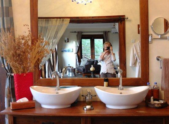 Escarpment Luxury Lodge : La salle de bains .