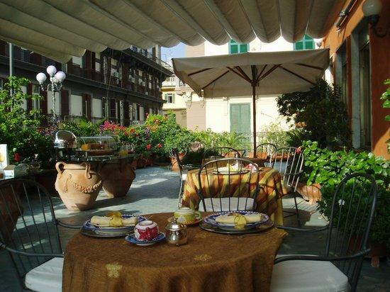 Hotel Miramare: リゾート感が盛り上がる屋上テラスでの朝食