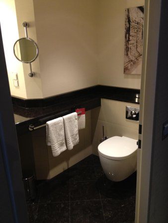 Berlin Marriott Hotel : bath
