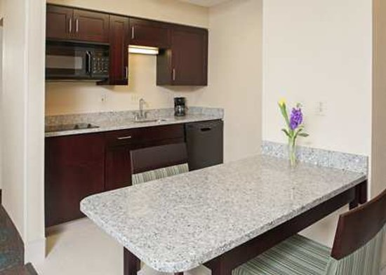 Hampton Inn & Suites South Bend: Relax after a long day, or work at the spacious work area.