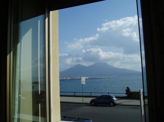 Hotel Miramare : 部屋から真正面にヴェスヴィォ山が