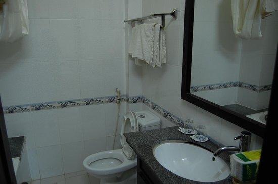 An Hoi Hotel : 洗面台とタオル