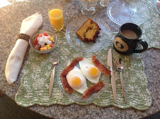 The Old Harbor Inn: Breakfast anyone?