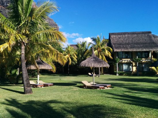 Dinarobin Beachcomber Golf Resort & Spa: garden between the houses/rooms