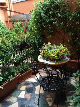 Hotel Modigliani : Jardim em frente aos nossos quartos.