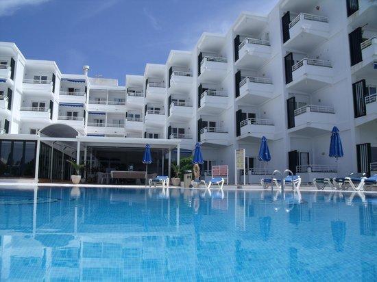 Vistamar Apartments: Vistamer from pool