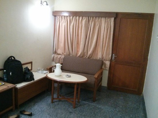 New Woodlands Hotel: Room with sofa no study table