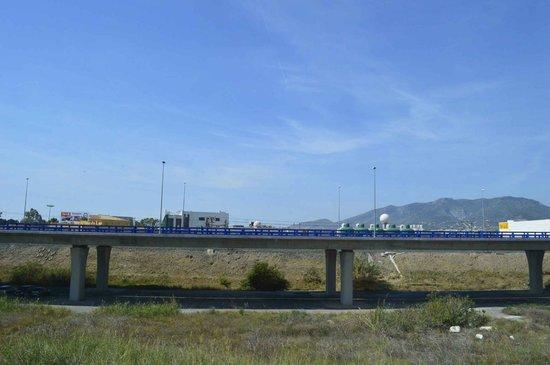 Holiday Inn Express Malaga Airport: Die Autobahn sieht man nicht nur, man hört sie auch.