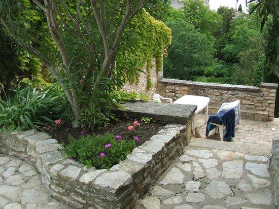 L'Enclos des Lauriers Roses : terrasse de la suite Sylvia avec accés direct à l'espace piscine