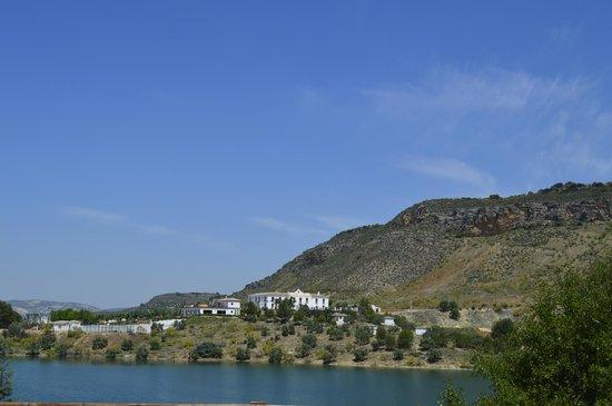 Hotel Caserio de Iznajar: Ansicht von Iznajar aus gesehen.