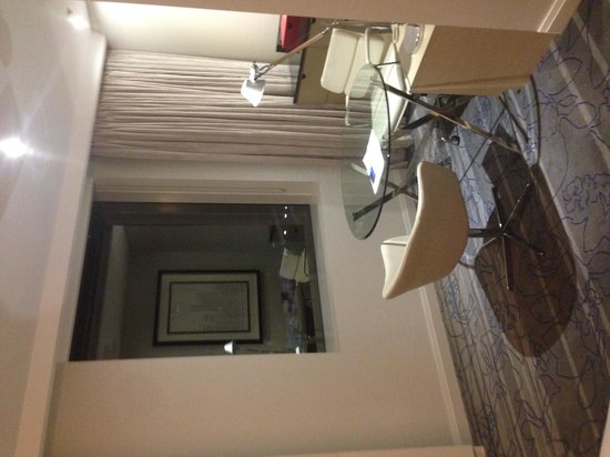 Sydney Harbour Marriott Hotel at Circular Quay : Table in the room