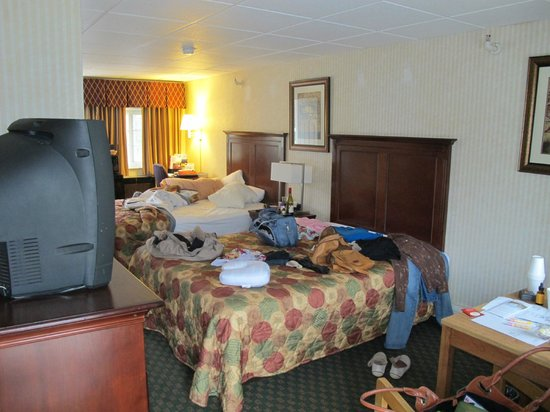 The Anchorage Inn - Rochester: My messy room with two double beds, desk and window facing driveway side