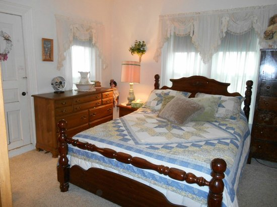 Grandma's House Bed & Breakfast: Green Room with queen bed and twin bed