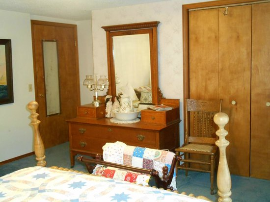 Grandma's House Bed & Breakfast: Blue room with a queen bed and a twin bed