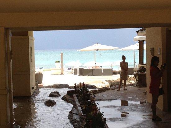 Grand Cayman Marriott Beach Resort : The great walkway to the beach!