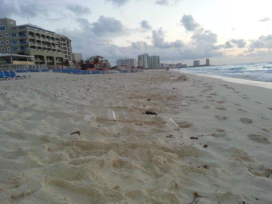 Gran Caribe Resort: Trash reaching up and down the beach
