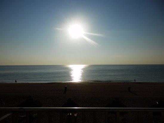 Days Hotel - Thunderbird Beach Resort: Sunrise from our room