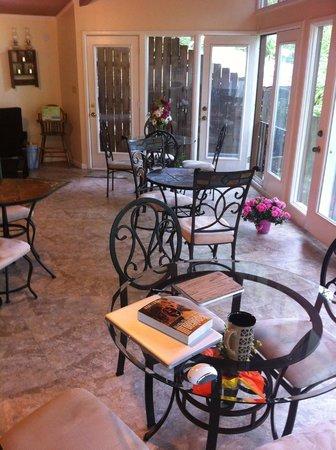 Tudor Inn Gatlinburg : Breakfast room