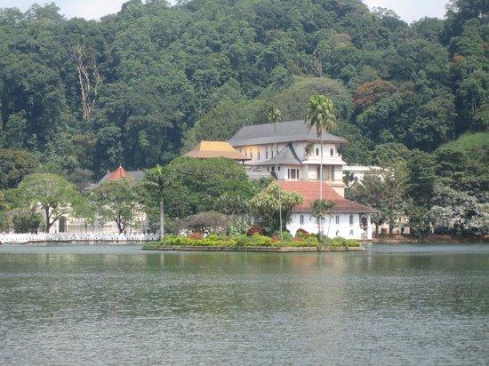 Templo del Diente de Buda (Sri Dalada Maligawa: TEMPLE FROM ACROSS THE LAKE