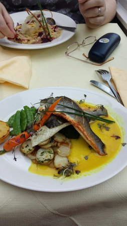 Astoria Restaurant: Sea bass to die for Astoria style...