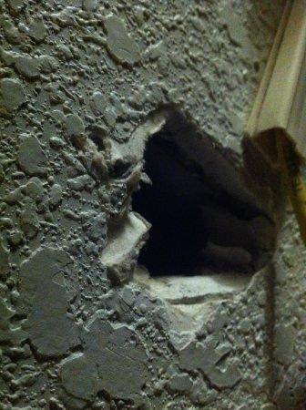 Best Way Inn: Hole in wall