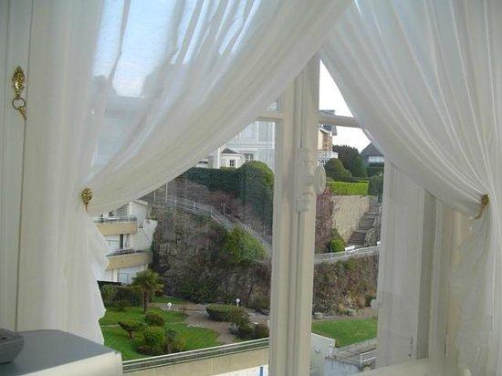 Villa Reine Hortense : vue panoramique de la véranda