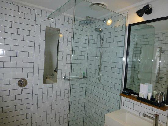Ovolo Laneways: Bathroom
