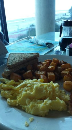 BEST WESTERN New Smyrna Beach Hotel & Suites: Breakfast was fast, hot, delicious and beautiful beach views