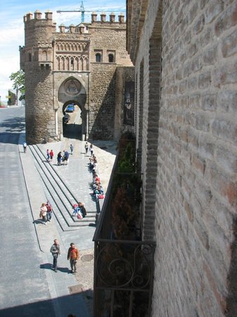 Hotel Abad Toledo: View of old city gate from the room