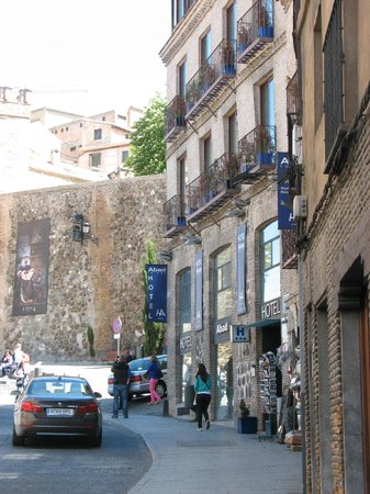 Hotel Abad Toledo: Street view of the hotel